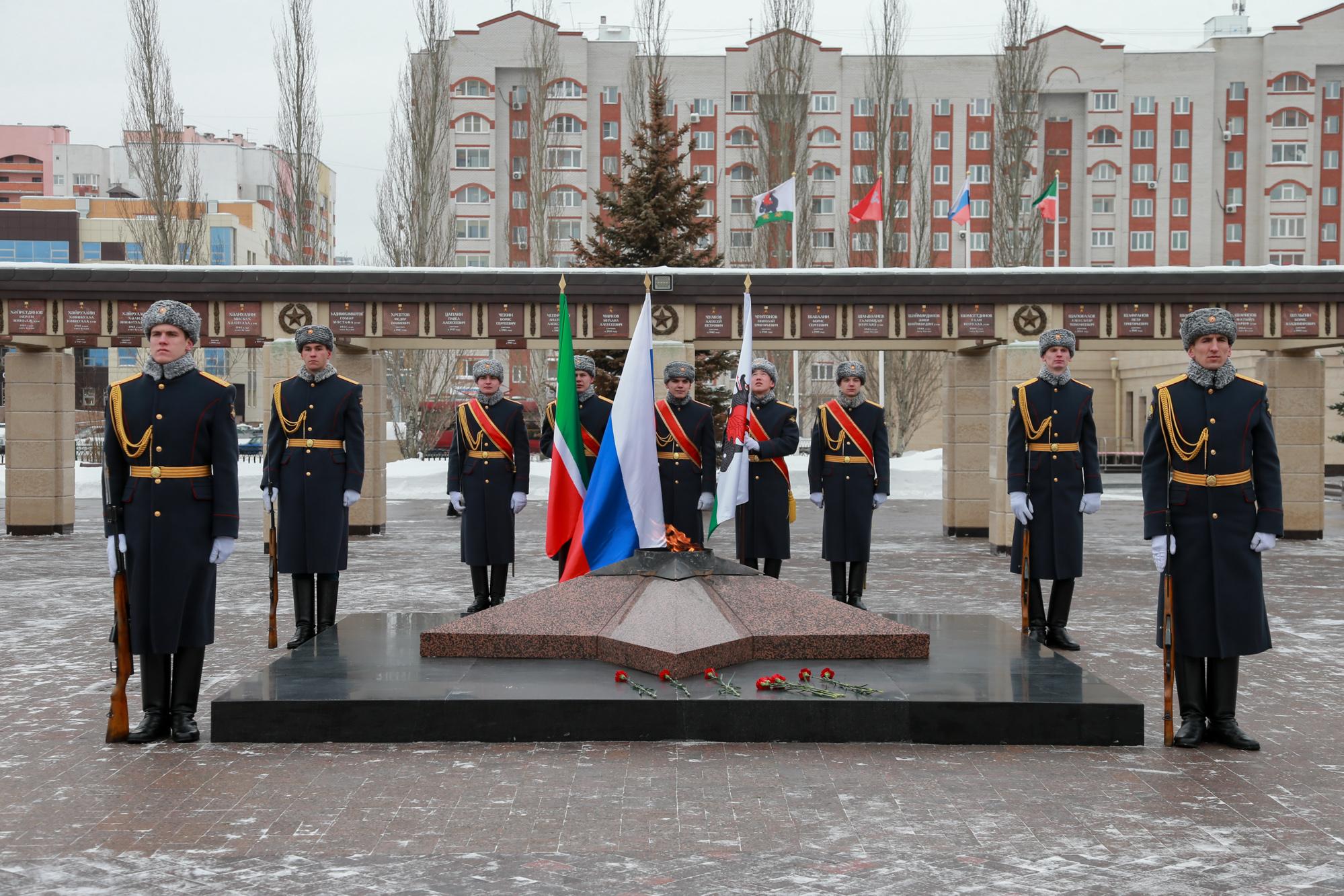 В этом году митинг в день вывода войск прошел у вечного огня в парке Победы.