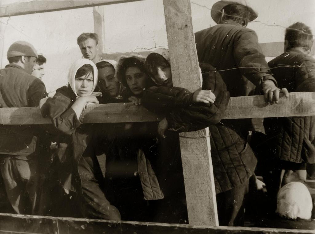 Студенты КАИ плывут на барже до Тетюш на строительство «Казанского обвода».1941 год