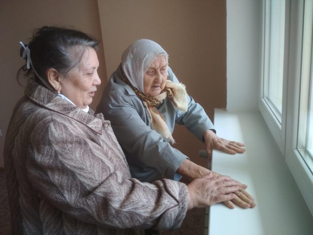Осматривать долгожданную квартиру бабушку повезли накануне днем.