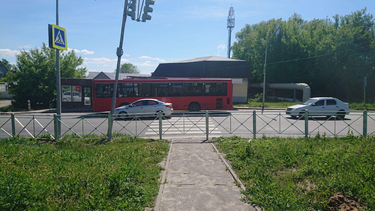 На окраинах города тоже любят закрывать пешеходные переходы. Улица Белинского.