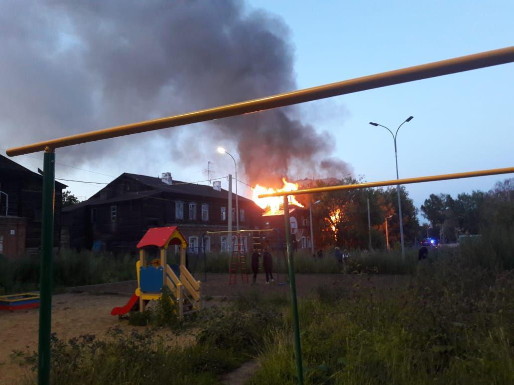 9 июля произошел очередной пожар. Горел дом рядом с единственными не расселенными. Спасатели сделали все возможное, чтобы огонь не перекинулся на жилые объекты, но подобный риск существовал.