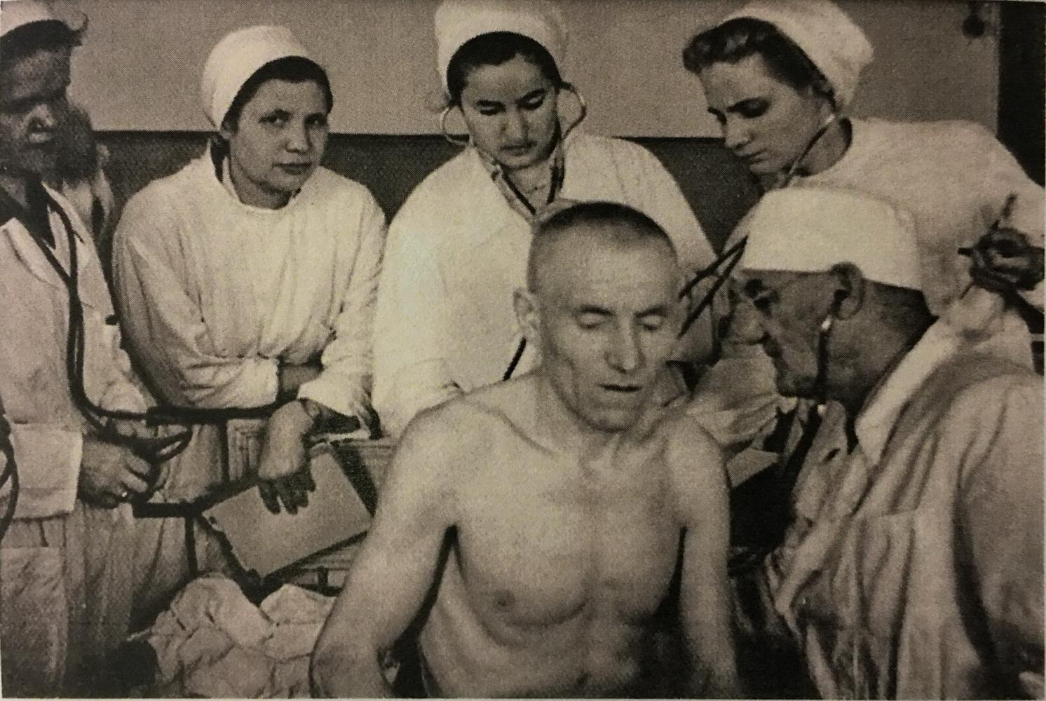 Профессор Леопольд Матвеевич Рахлин обследует больного