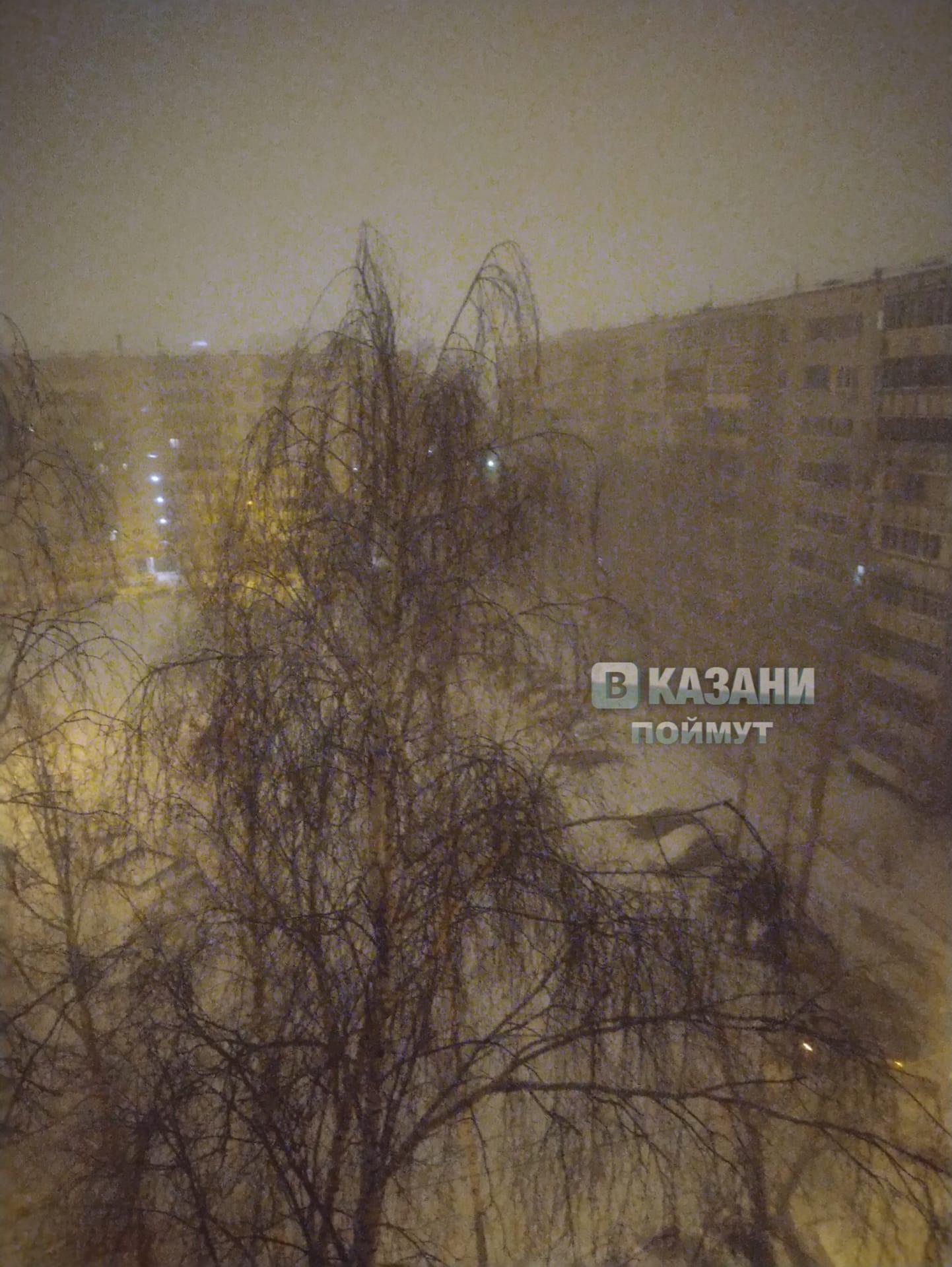 «В Казани опять зима наступила, все в снегу», - пишет Сергей Гаврилов, публикуя свой вид из окна.