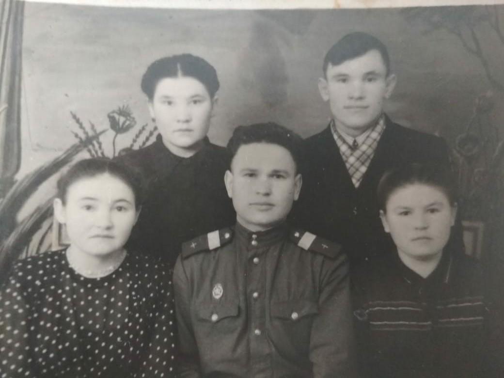 На фото: Марфуга Гадиева с братьями-фронтовиками (один - разведчик, другой - военный летчик) и сестрами, 1950 г.