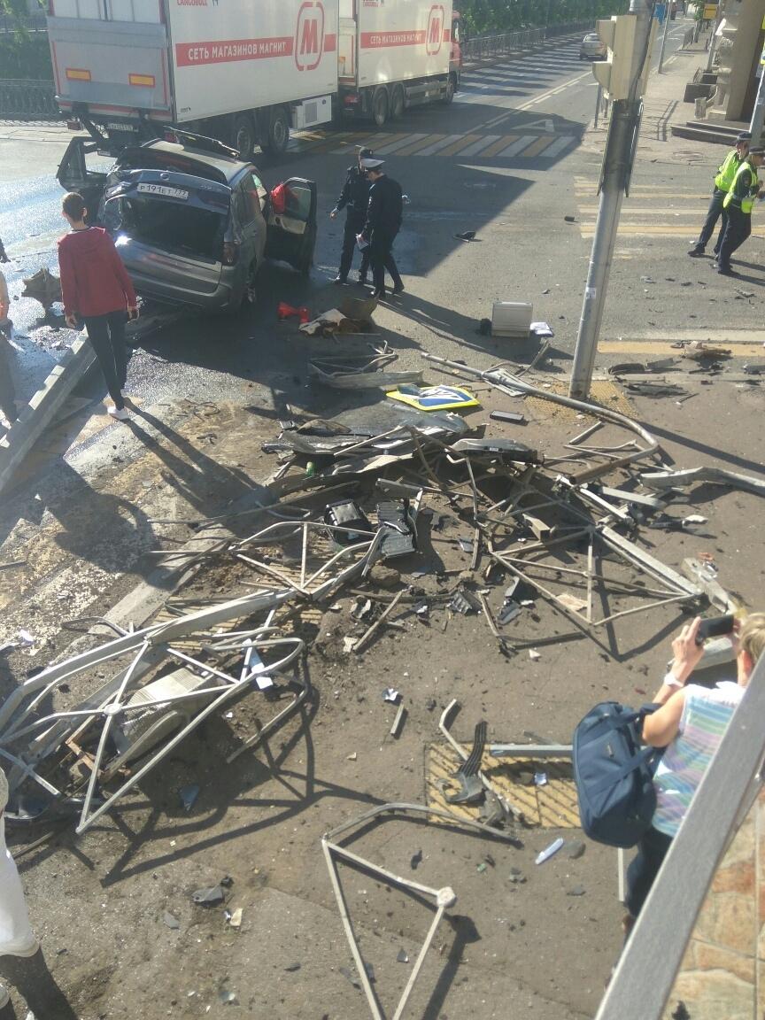 Поэтому при аварии забор превращается в груду летящих в разные стороны поражающих элементов.