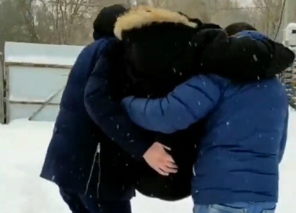 На руках Диму несут в дом, чтобы он сам показал, как жил. По словам Дмитрия, после попыток бежать его избивали и морили голодом.