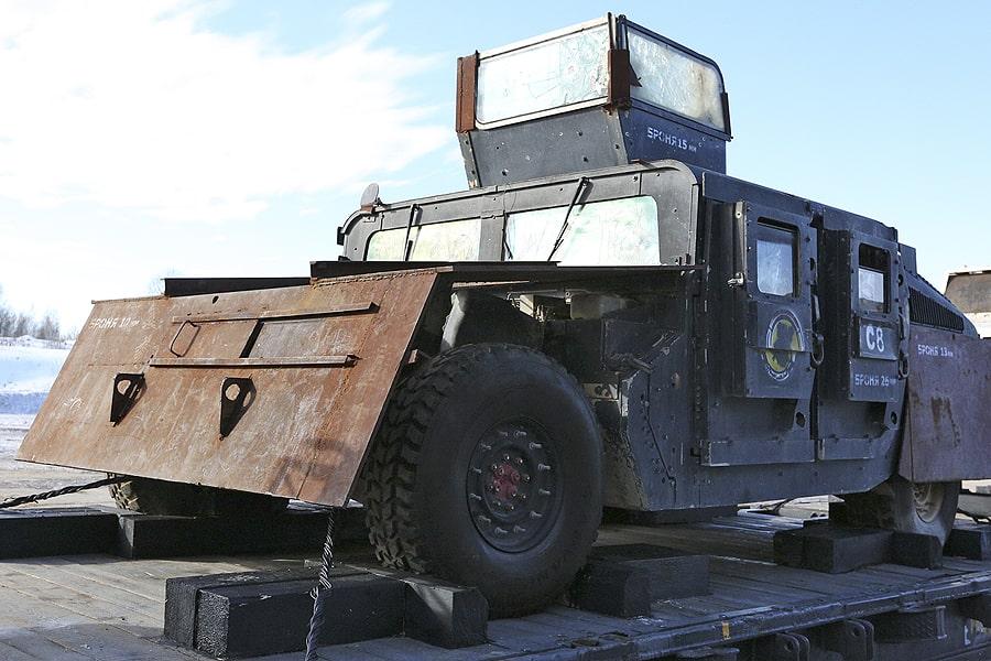 Бронеавтомобиль HMMWV M115 — армейский внедорожник, который стоит на вооружении у ВС США. Более известен как «Хаммер». Эта имитация бронелистов была наварена боевиками вручную.
