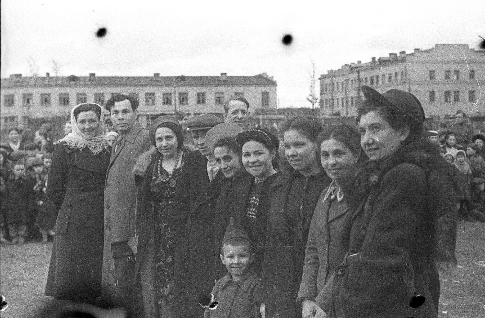 Люди на площади Свободы 9 мая 1945 года