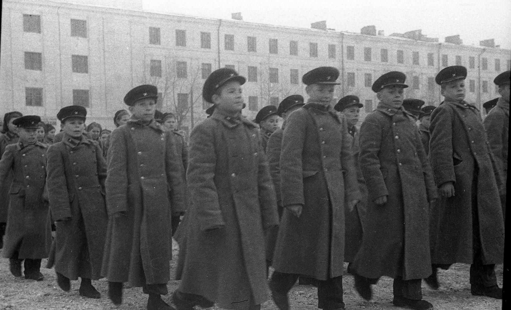 Суворовцы на параде в Казани в ноябре 1945 года