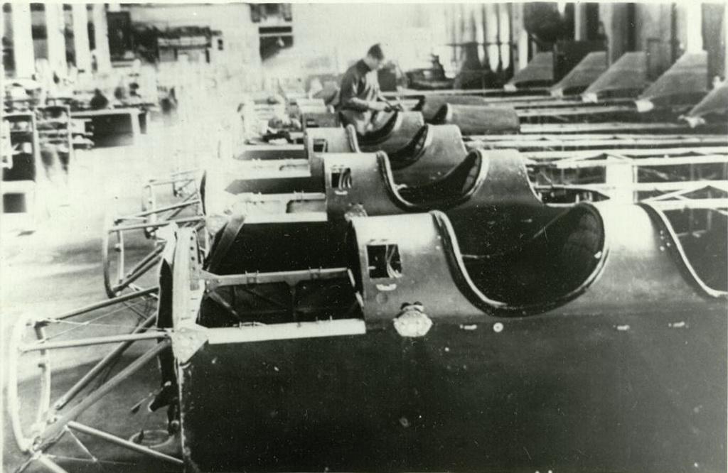В сборочном цехе фюзеляжей для самолетов ПО-2 на заводе №387. 1943