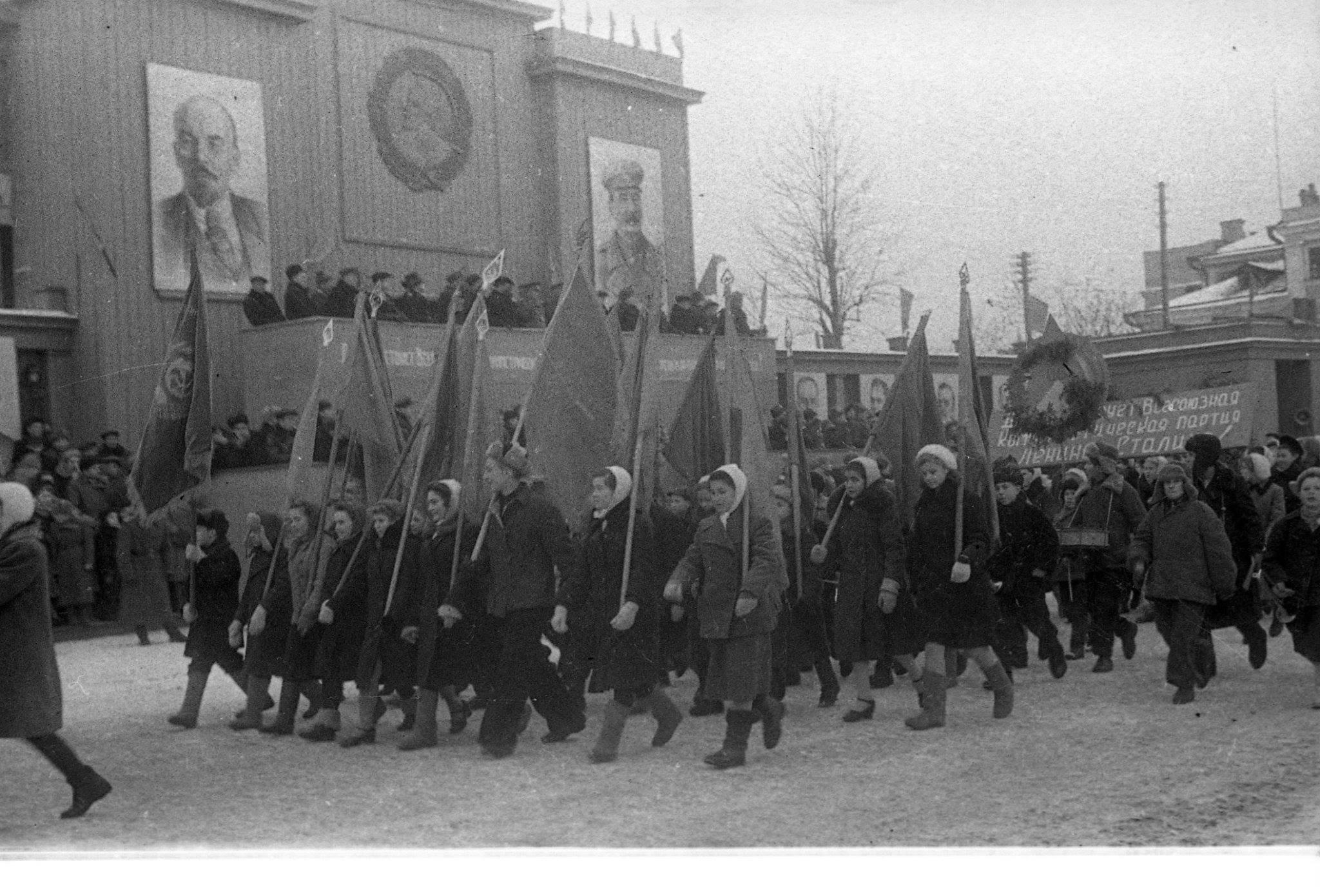 Парад на площади Свободы в Казани, ноябрь 1945 года