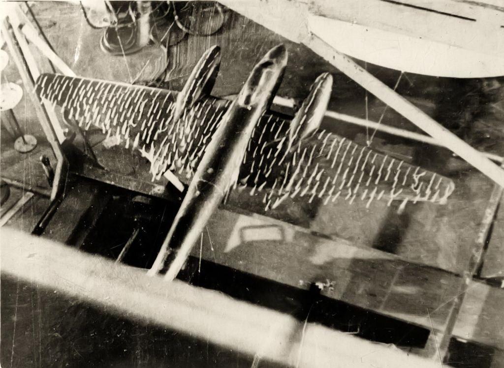 Испытание модели самолета Пе-2 в аэродинамической лаборатории КАИ. 1944