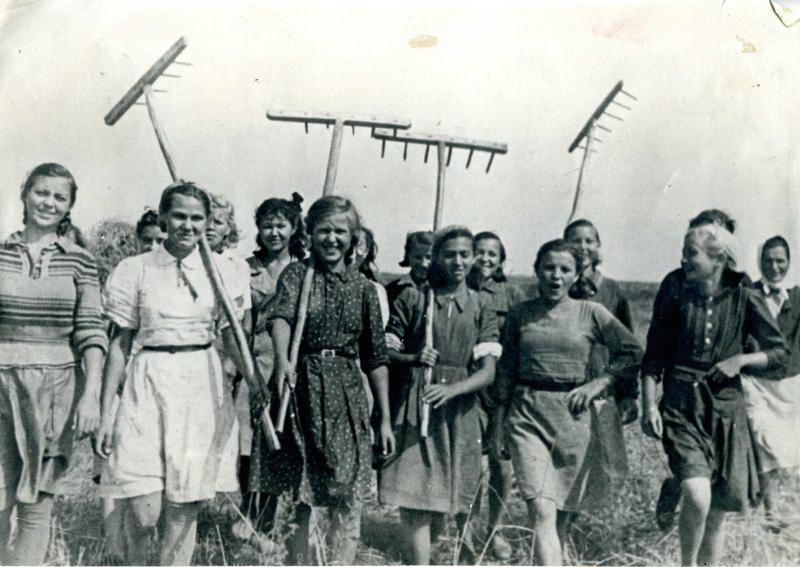 Пионеры и школьники Казани на уборке урожая. 1942