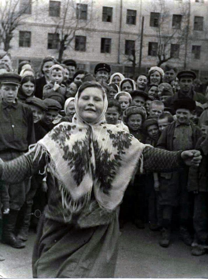 Женщина танцует 9 мая 1945 года