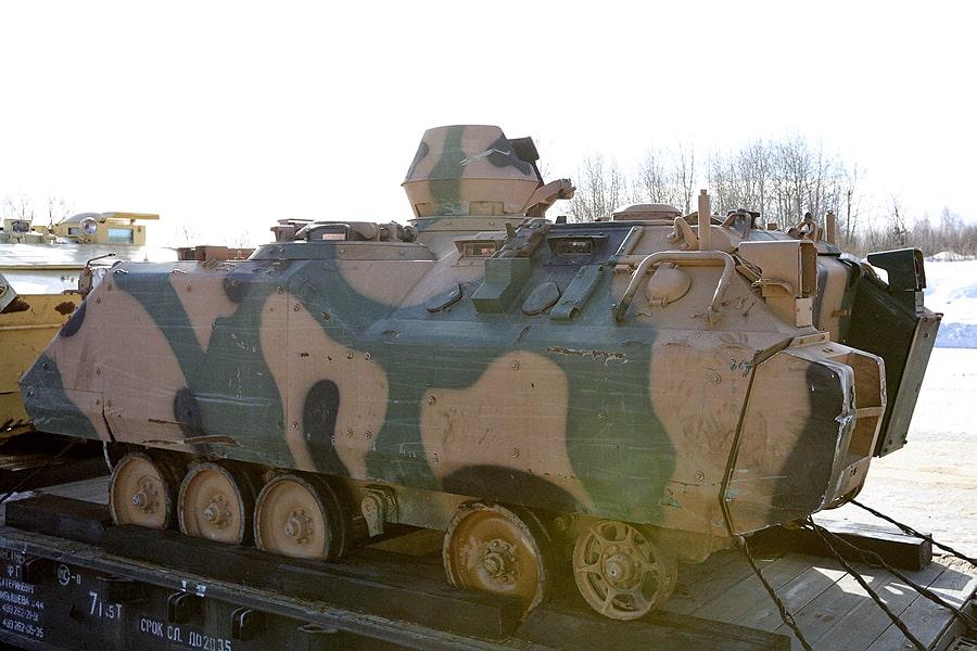 БМП ACV-15 — это боевая машина пехоты, которую создавали при помощи США и других стран НАТО. Её вес более 14 тонн, и вооружена она 25-миллиметровой пушкой с 7,62-миллиметровым пулемётом. Максимальная скорость — 65 километров в час, а экипаж — три человека. Бронирование у автомобиля противопульное. Эту БМП сирийские боевики использовали для своих нужд.