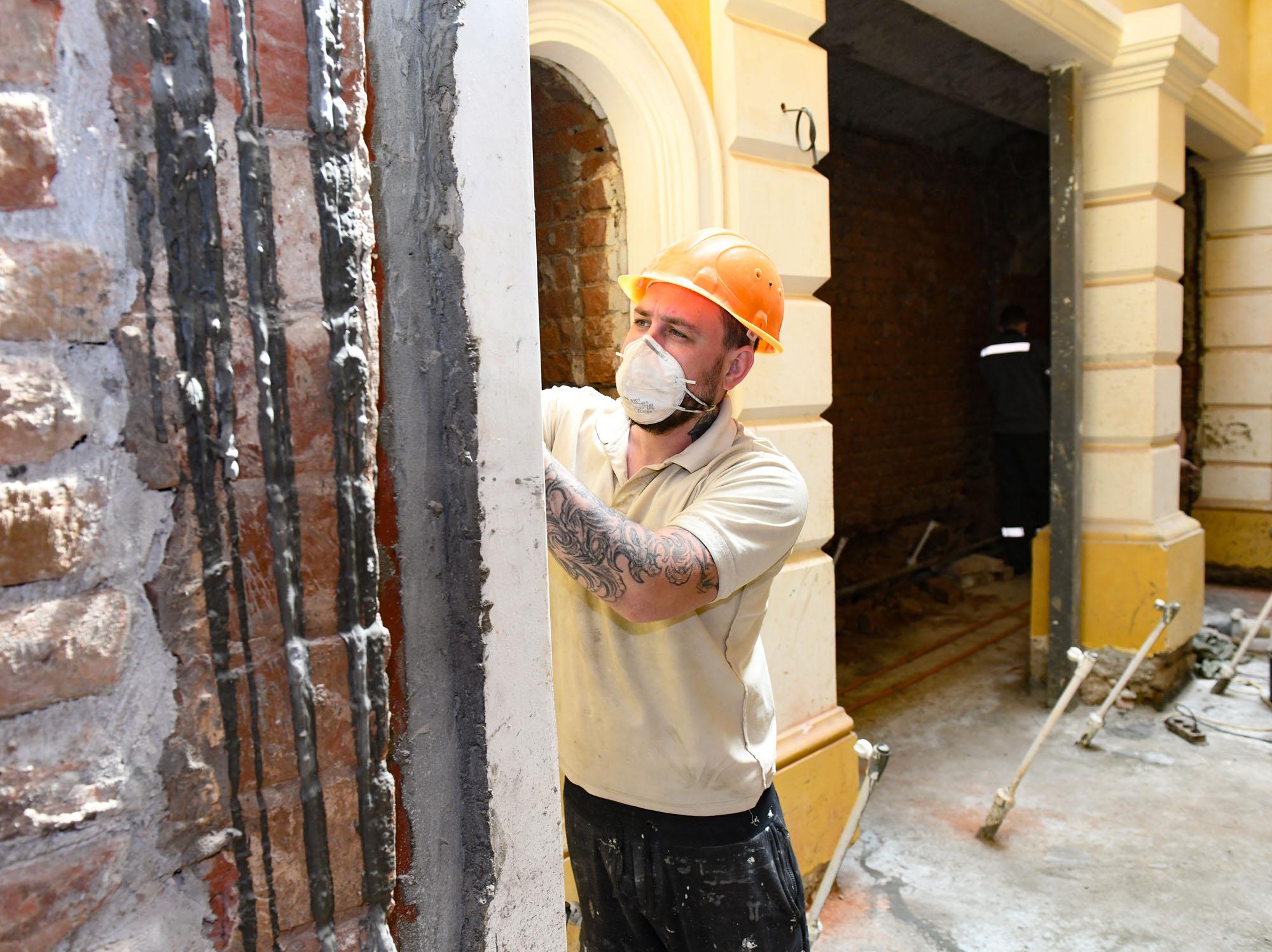 Инвестором реставрации здания выступил его собственник – директор ООО ДК «Основа» Эдуард Колтун, который приобрел дом в 2013 году.