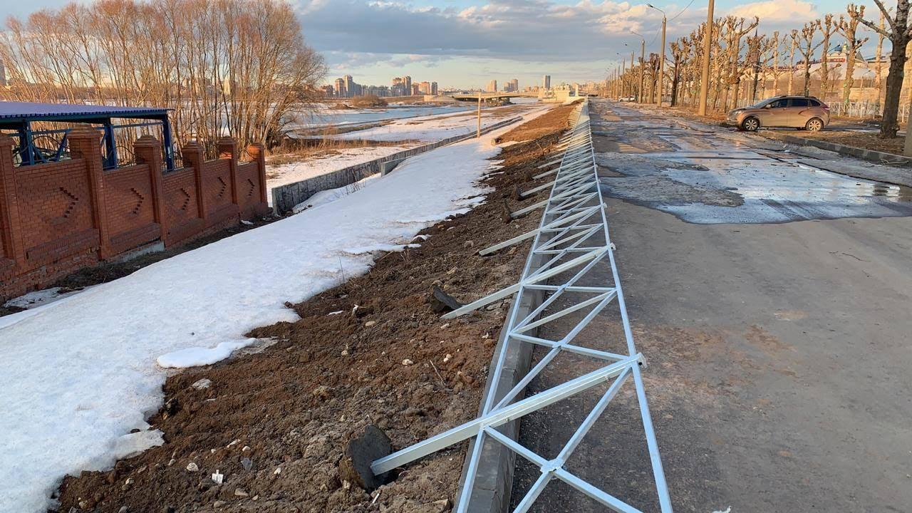 Но иногда ждать аварии не обязательно. Этот забор возле Кировской дамбы просто устал от своей бессмысленности и прилег отдохнуть.