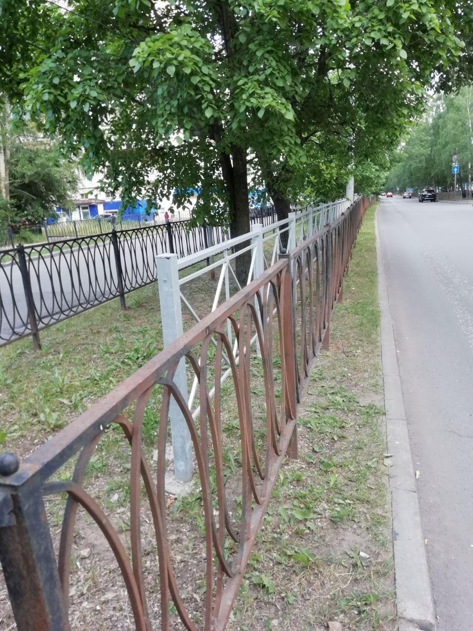 «Забор, который огораживает забор! В общей сложности пешеходу, который решит в неположенном месте перейти улицу Карбышева, надо будет перелезть пять заборов»