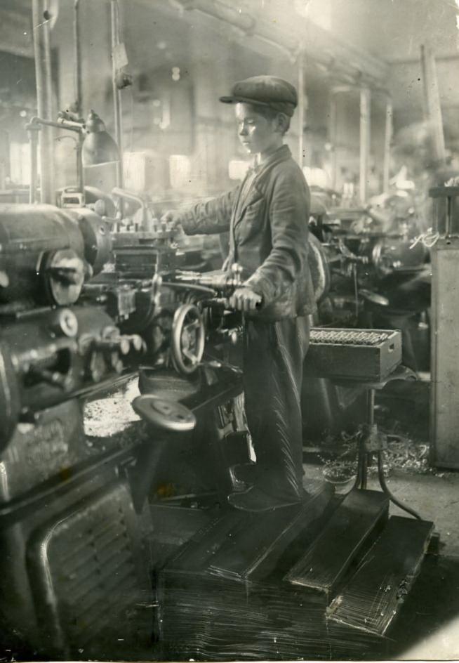 12-летний Ваня Чередилин, за 6 месяцев овладевший специальностью токаря. 1942