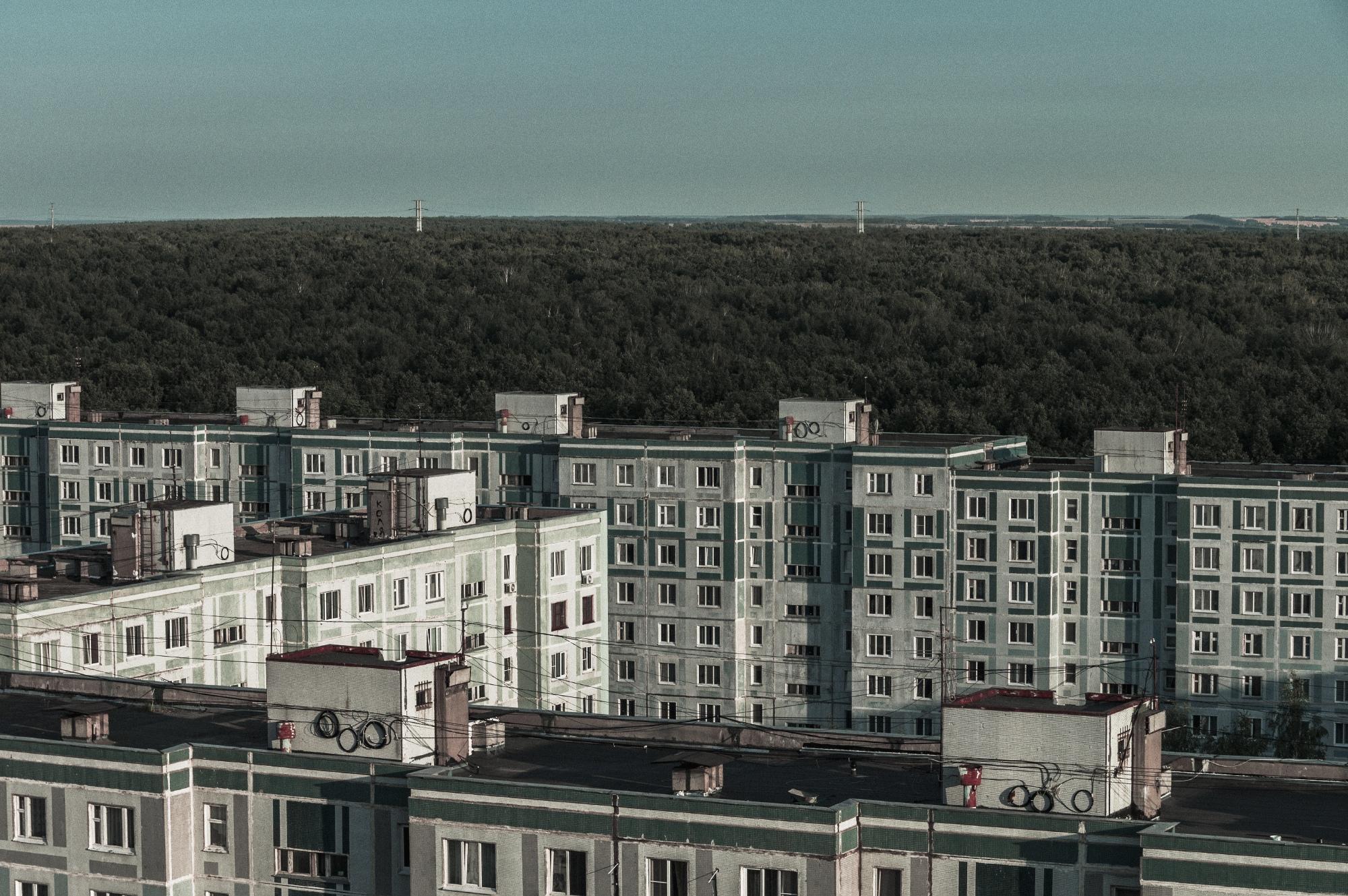 «Ну это и есть Татарстан, понимаете? Поднялся на крышу и страшно: видишь, как жилой квартал обрывается ничем — дальше только лес, поля, ЛЭП. И всё. Только я пока не понял, чем Татарстан отличается от России».