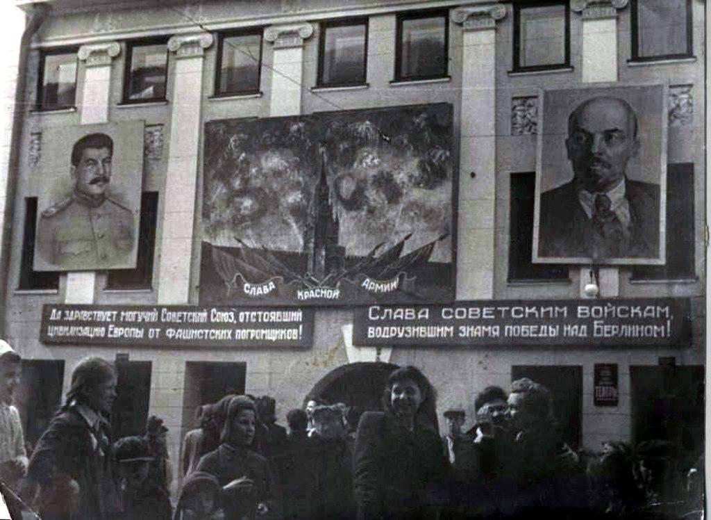 В День Победы здание Качаловского театра украсили транспарантами