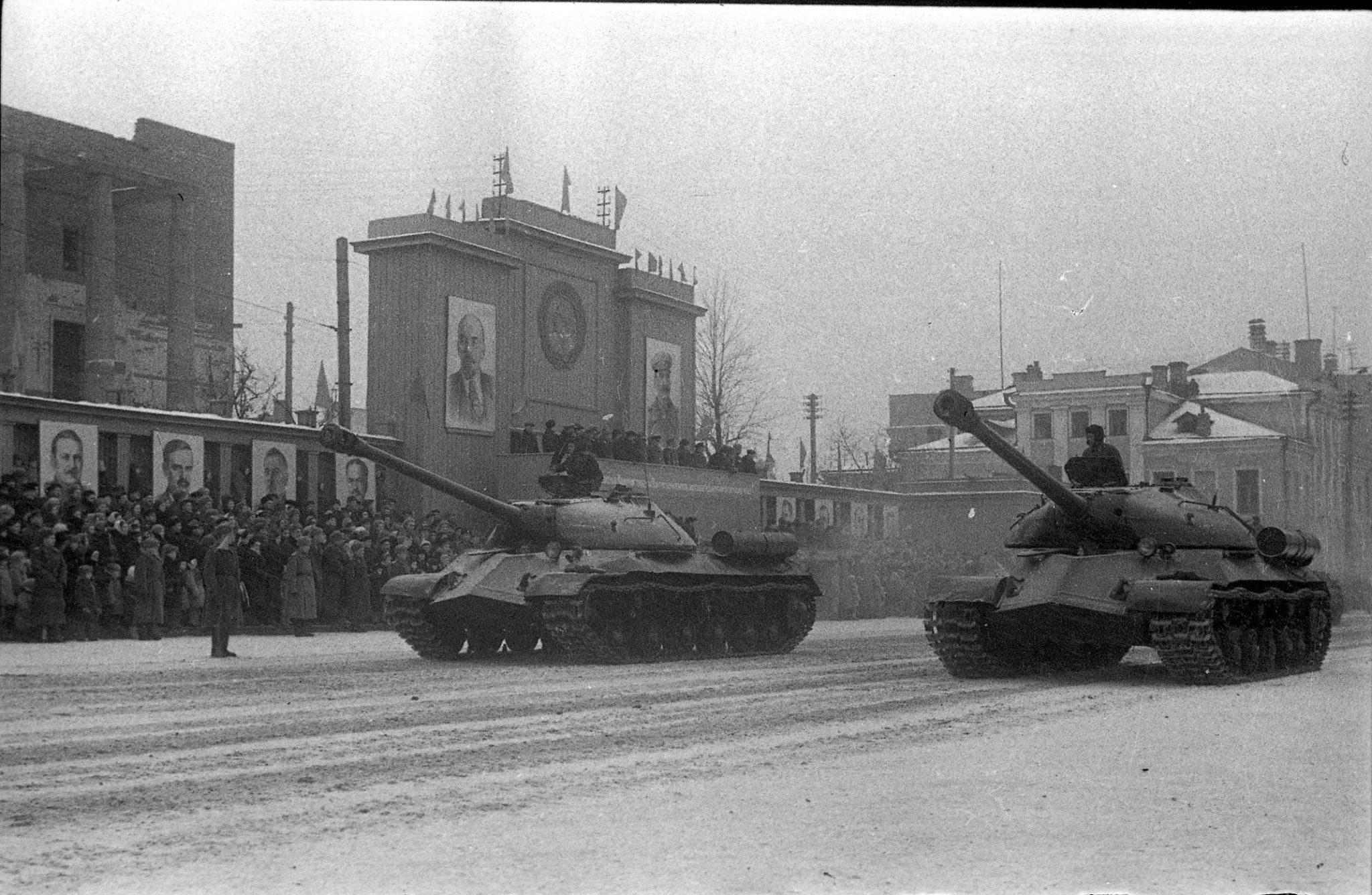 Танки ИС-3 на военном параде на площади Свободы в Казани, ноябрь 1945 года