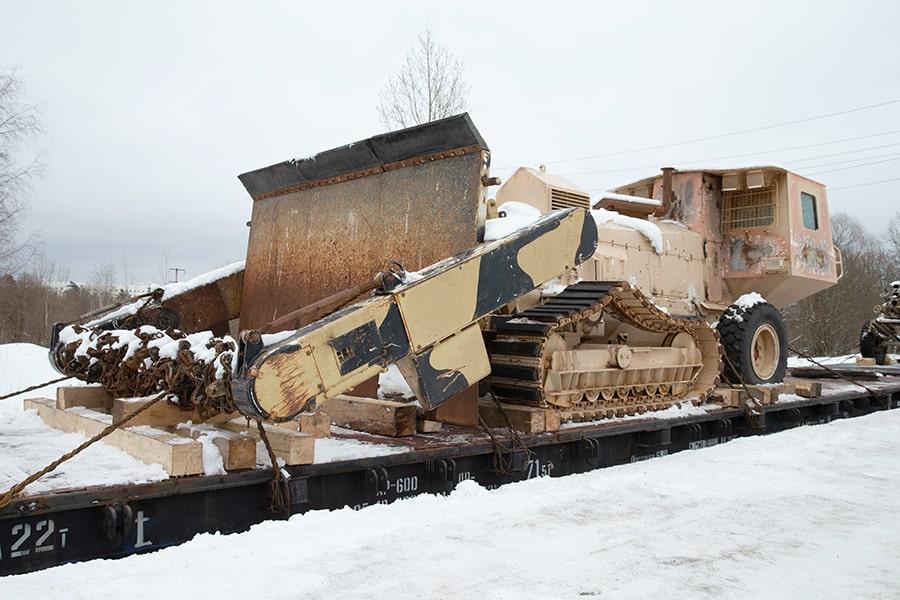 С помощью самоходного бойкового минного трала Aardvark JSFU с полугусеничным движителем разминировали большие площади после завершения боевых действий. Этот автомобиль представляет собой полугусеничный трактор повышенной проходимости.