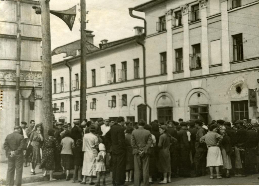 Казанцы слушают сообщение по радио В.М.Молотова о нападении Германии на Советский Союз. 22 июня 1941