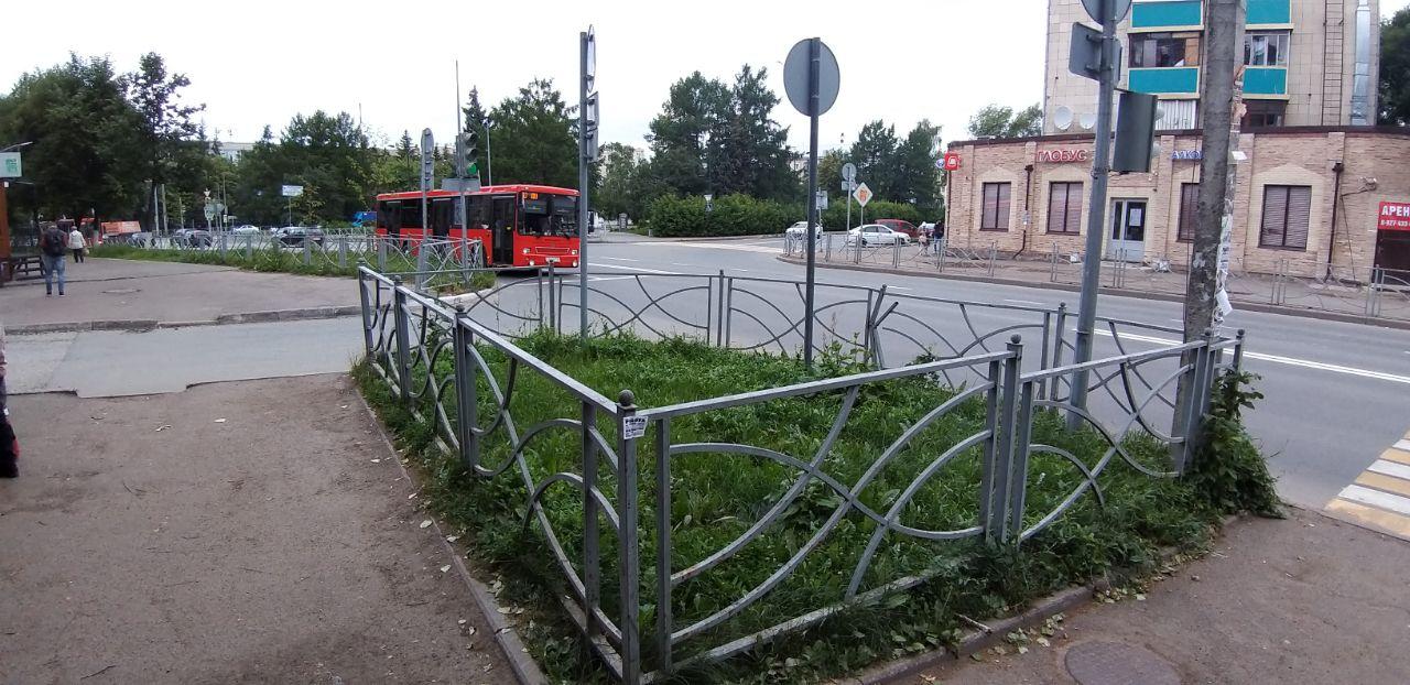 «На самом деле это не озаборенная трава. Это такая могилка здравому смыслу в нашем городе», - пишет журналист Ильнур Ярхамов.