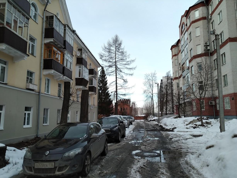 Слева один из оставшихся старых домов городка, справа - новый жилой комплекс. Управляющий дома посчитал, что деревья у 1/106 мешают, после чего их спилили.