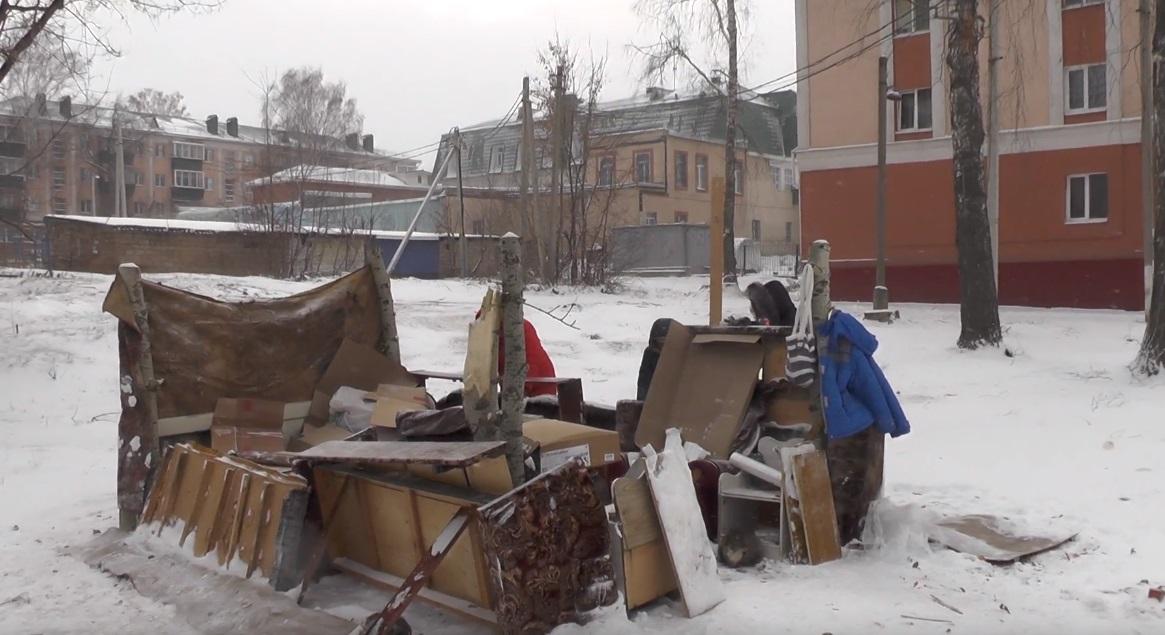 Бывшие жильцы дома собираются в этом импровизированном шалаше.