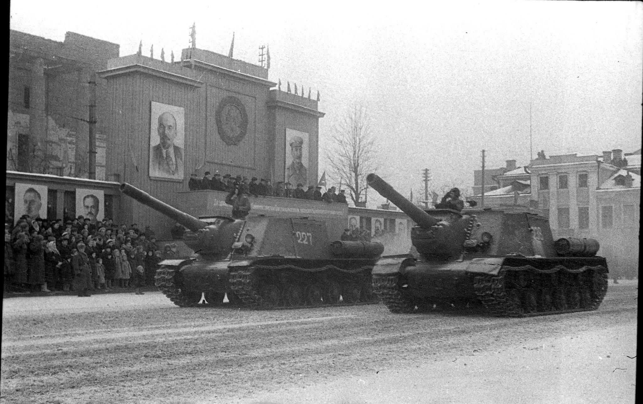 Парад на площади Свободы, самоходные артиллерийские установки ИСУ-152, ноябрь 1945 года