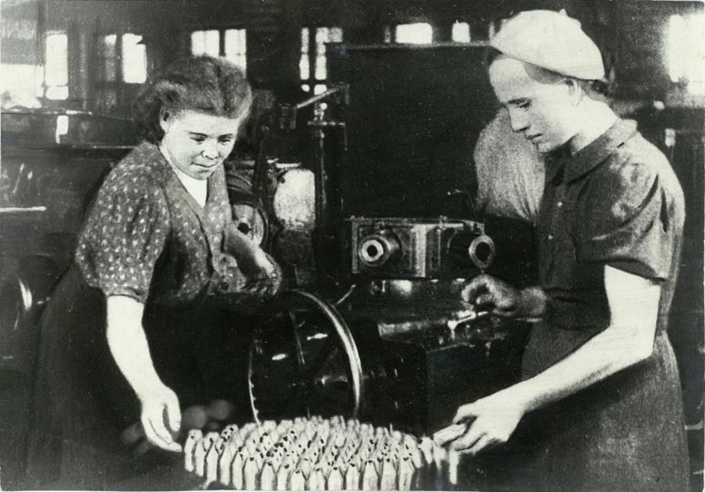 Выпуск боеприпасов на одном из военных производств Татарской Республики. 1942