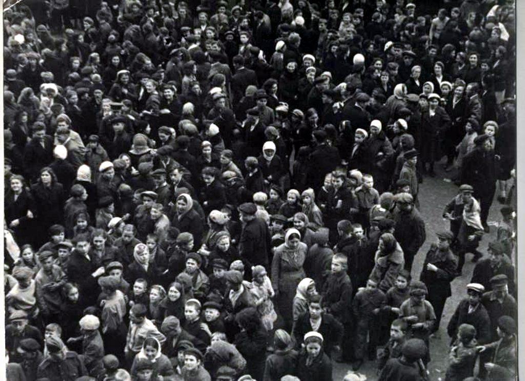 Люди на улицах Казани 9 мая 1945 года