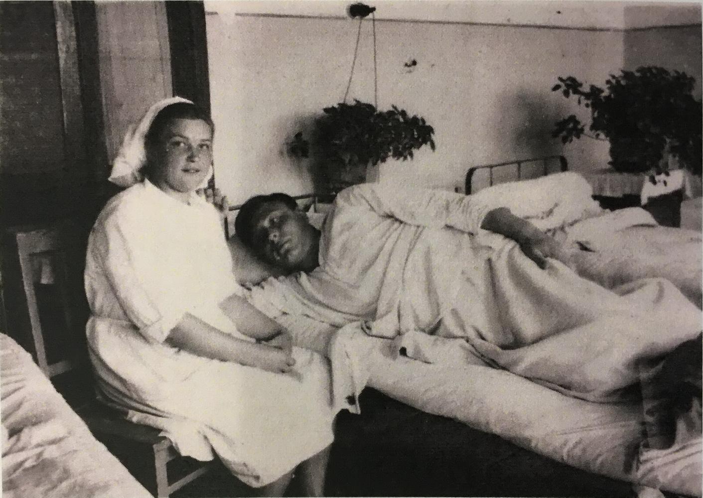 Раненый боец В. Седов с медсестрой в эвакгоспитале №5868, 1945