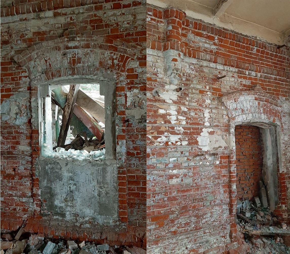 Слева - фото внутри цеха, наружная боковая стена, на сандрике в самом центре стилизованный крест. Справа - другое окно, где видна часть полуколонны.