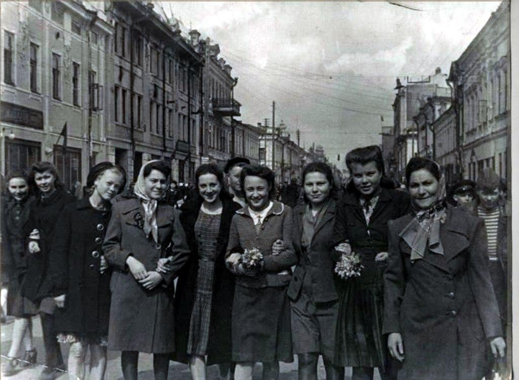 Женщины с цветами на улице Баумана 9 мая 1945 года