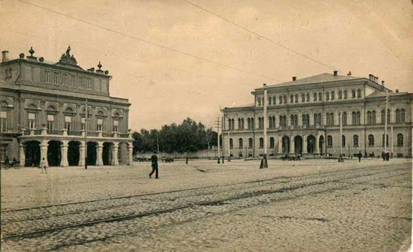 Городской театр (справа) на театральной площади в Казани, конец XIX века.