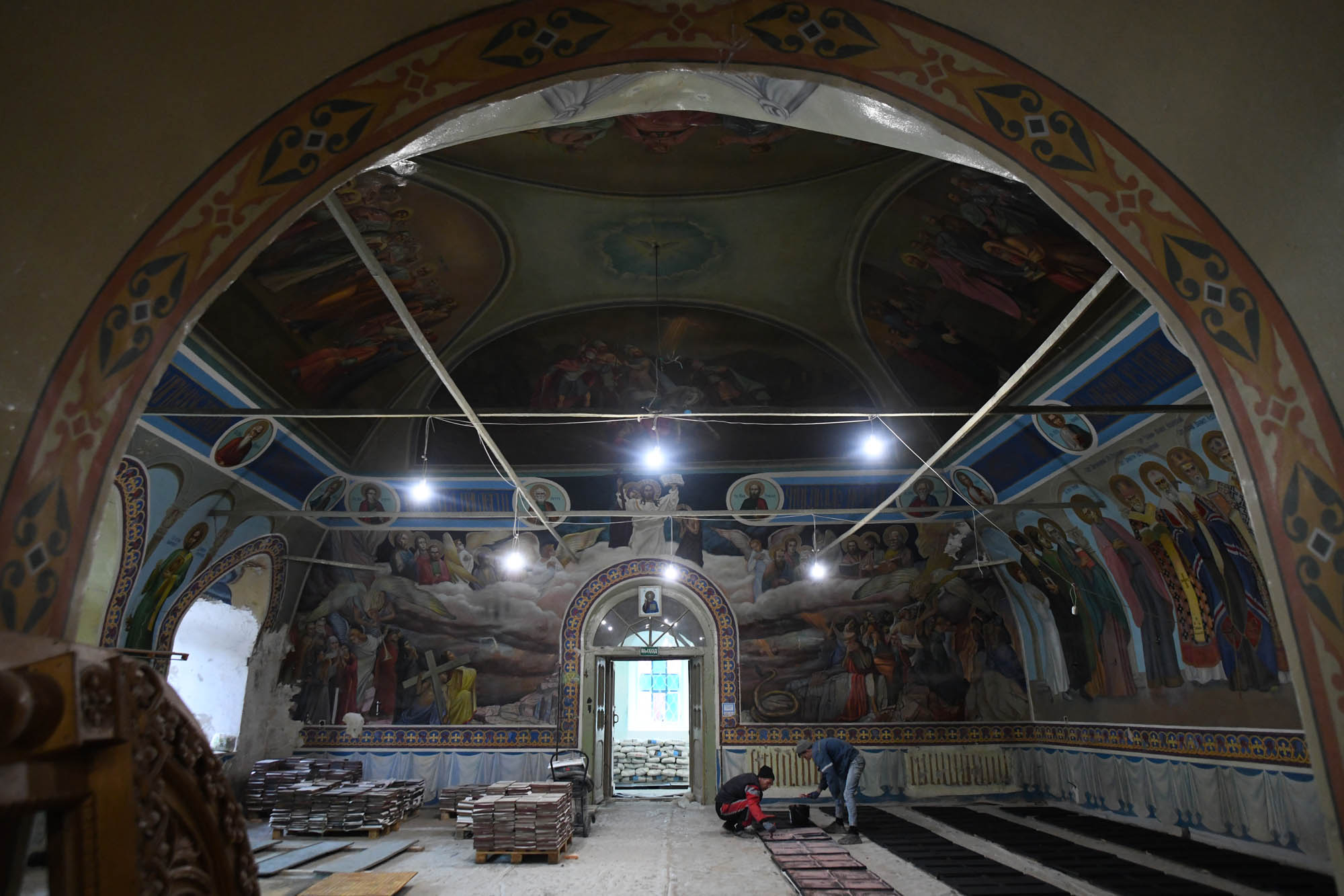 Сейчас в нижнем храме ведутся основные ремонтные работы, и следы советского времени постепенно стираются, что позволяет увидеть уникальные элементы, которые в течение многих лет были скрыты от глаз священнослужителей и прихожан.