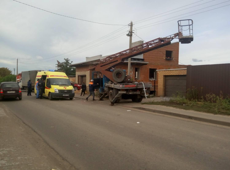 ВКазани врезультате дорожно-траспортного происшествия излюльки автовышки выпали электрики