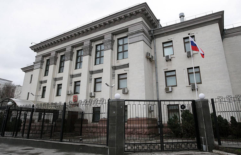 Вход в сооружение посольстваРФ вКиеве заблокировали три человека
