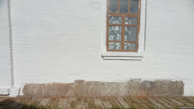 ВБолгаре заштукатурили надгробные плиты, лежавшие восновании Успенской церкви