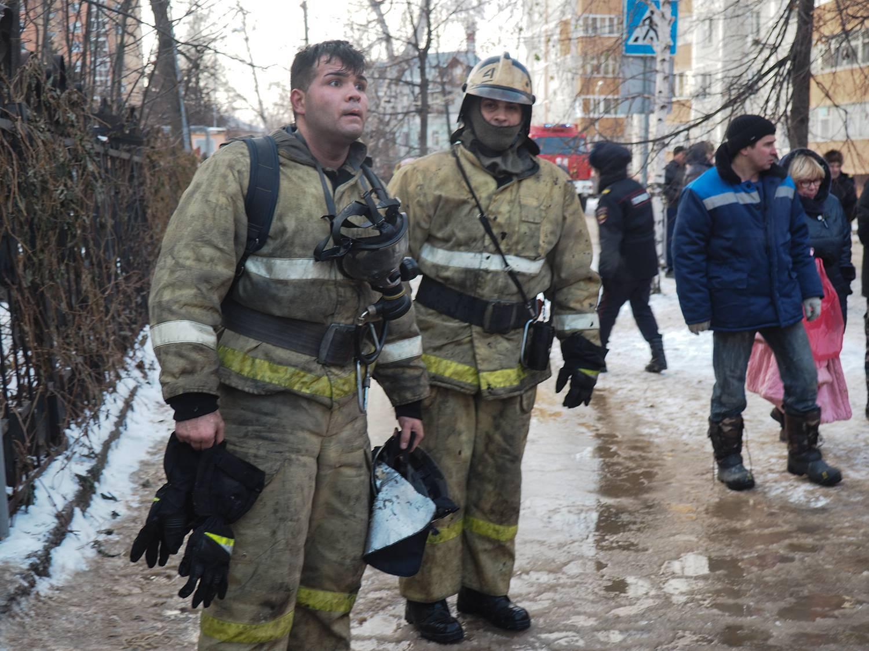 Пожарный после ликвидации горения в школе и эвакуации детей.