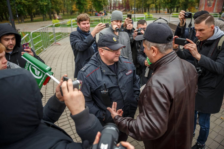 Участник митинга ВТОЦ по случаю Дня памяти защитников Казани упрекает полицейского за то, что на его форме присутствует российский флаг. Фото: Владимир Васильев