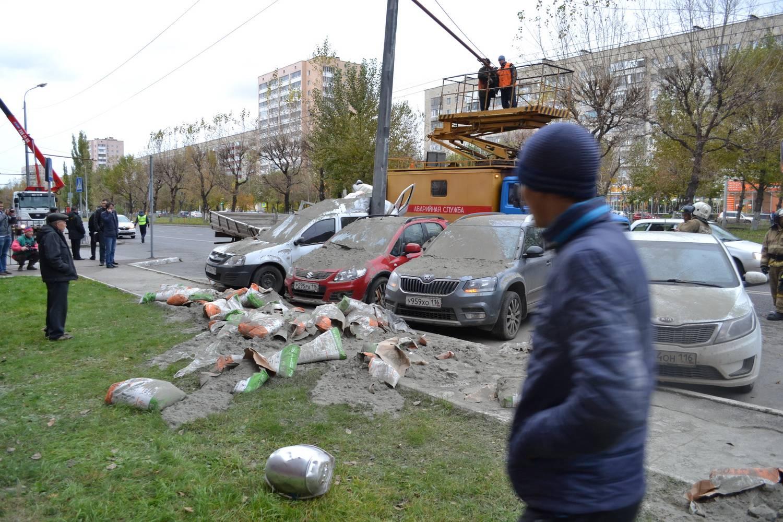 Разбросанные мешки с цементов и засыпанные строительной смесью автомобили после массового ДТП около ТРК «Тандем». По невероятному стечению обстоятельств в аварии никто серьезно не пострадал. Фото: Антон Райхштат