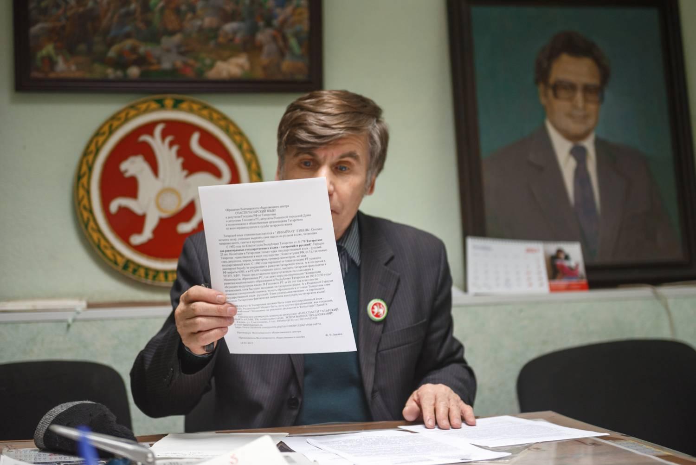 Председатель Всетатарского общественного центра Фарит Закиев читает предупреждение прокуратуры. В случае неисполнения предписаний организации грозит закрытие. Фото: Владимир Васильев.
