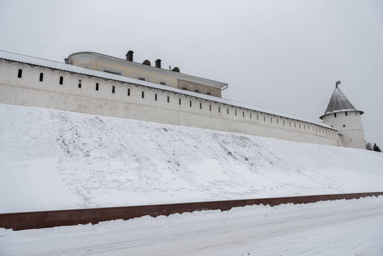 Перед Казанским кремлем кто-то вытоптал внушительное слово «ВОРЫ»