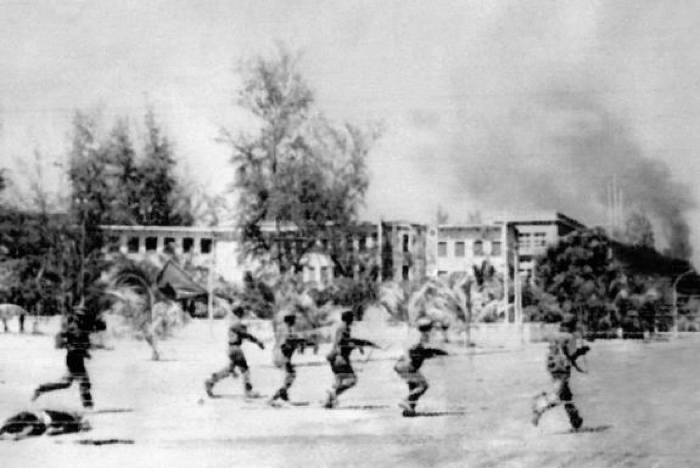 Вьетнамские солдаты входят в Пномпень