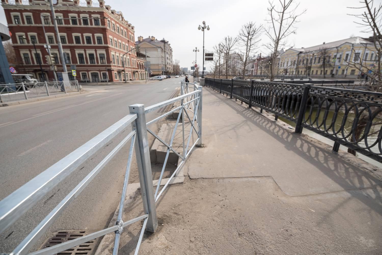 Уродующие облик города заборы появились в весной прошлого года в самом центре Казани. Победителем конкурса на 35 миллионов каким-то образом стала компания, которая в нем даже не участвовала.